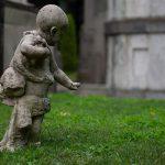 Lapsipatsas hautausmaalla